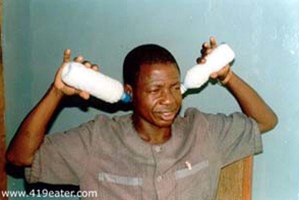 Kto je tento muž s fľašami mlieka vloženými do uší? Zločinec z Nigérie, ktorého na vlastnú chamtivosť nachytala skupina ľudí zabávajúca sa na internetových podvodníkoch.