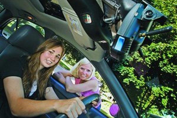 Zariadenie na spätnom zrkadle vám vynadá, aj keď sa počas jazdy otočíte k spolujazdcovi alebo príliš neskoro začnete brzdiť.