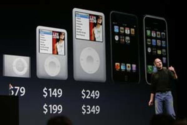 Steve Jobs a nová kolekcia od Apple. Zľava doprava miniatúrny iPod Shuffle v nových farbách, zväčšený iPod Nano, tenší iPod Classic s kovovým puzdom, úplne nový dotykový hudobný prehrávač iPod Touch a celkom vpravo telefón iPhone.