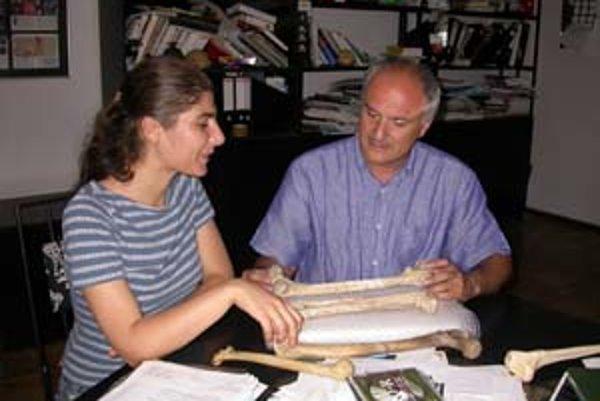 David Lordkipanidze nad novými nálezmi kostí praludí z Dmanisi. Vlavo je jeho kolegyna a spoluautorka clánku v Nature Tea Jašašviliová, ktorá pôsobí aj na Zürišskej univerzite vo Švajčiarsku.