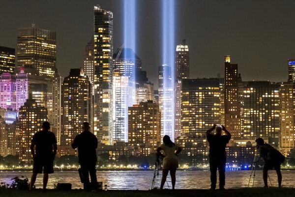 Dvojičky vytvorené zo svetla svietia v New Yorku.