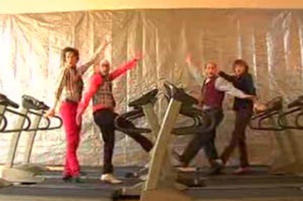 Kapela OK Go pobavila svet dokonalou tanečnou choreografiou využívajúcou pohyb bežeckých trenažérov. Za klip získala aj cenu MTV. Pozrieť si ho môžete na http://www.youtube.com/watch?v=pv5zWaTEVkI