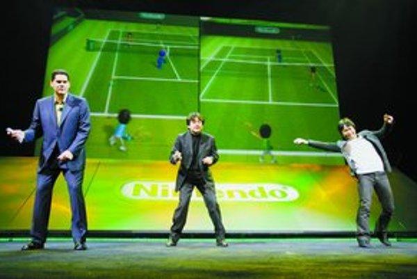 Vedenie firmy Nintendo predvádza novú konzolu reagujúcu na pohyby hráča.