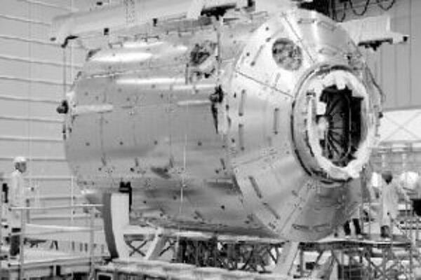 Na snímke je európske vedecké laboratórium Columbus, ktoré má raketoplán Discovery dopraviť na ISS v októbri 2007.