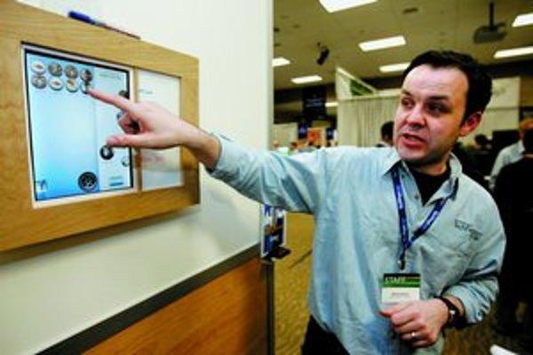 Výskumník Microsoftu Richard Banks predvádza Bubbleboard – displej slúžiaci ako výstup na tradičný telefónny záznamník, na ktorom si však možno prehrať ktorýkoľvek odkaz v poradí len kliknutím na príslušnú bublinu.