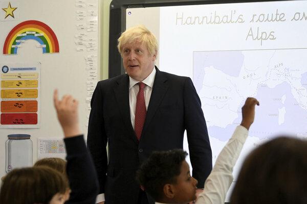 Britský premiér Boris Johnson odpovedá na otázky žiakov jednej zo základnych škôl v Londýne.