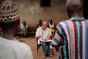 Epidemiológ Michel Van Herp okrem iného dediny a vysvetľoval v nich, ako sa brániť pred ebolou.