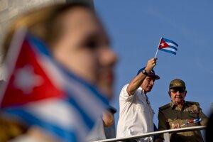 Kubánsky prezident Miguel Díaz-Canel a jeho predchoda Raúl Castro.