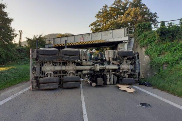 Prevrátený kamión.