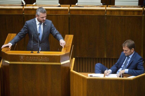 Na snímke vľavo predseda vlády Peter Pellegrini a vpravo predseda hnutia OĽaNO Igor Matovič počas mimoriadnej schôdze 13. septembra 2019 v Bratislave.