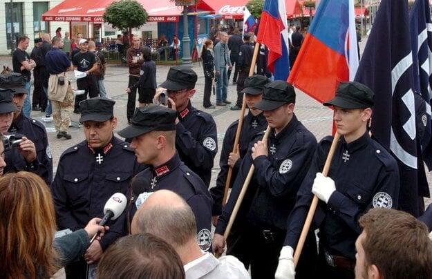 Marian Kotleba na zhromaždení Slovenskej pospolitosti - národnej strany 28. augusta 2005 na Námestí SNP v Banskej Bystrici.