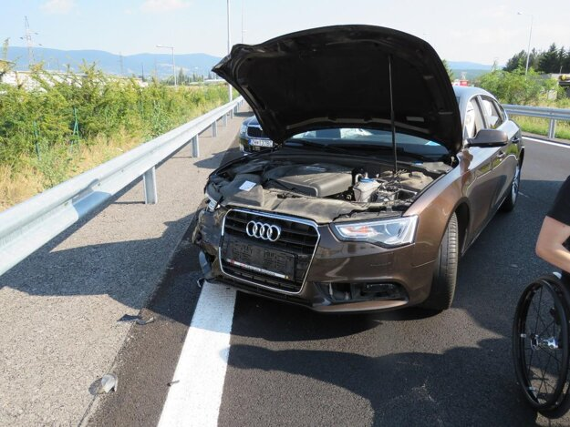 Audi po zrážke s Daciou.