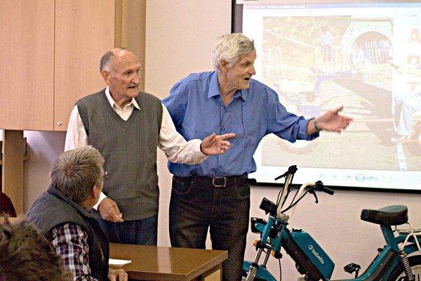 Jozef Hujčík (vľavo)a pán Zdeno Metzker porozprávali študentom veľa zaujímavostí.