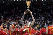 Juancho Hernangomez zdvíha trofej pre majstrov sveta v basketbale.