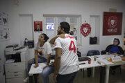 Kampaňoví dobrovoľníci a stúpenci väzneného tuniského prezidentského kandidáta a mediálneho magnáta Nabíla Karawího reagujú po zverejnení predbežných výsledkov prezidentských volieb v Tunisku.