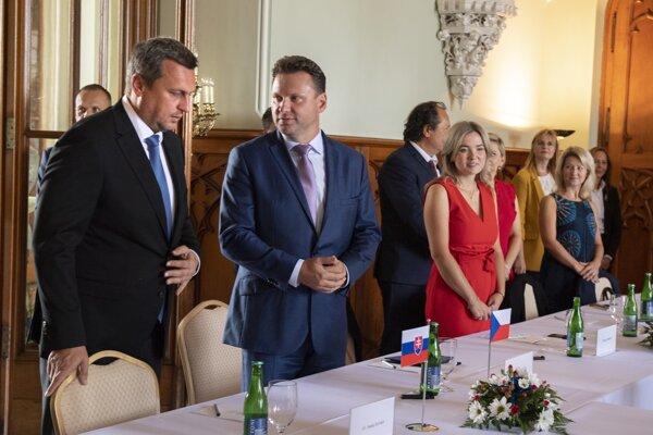 Na snímke druhý zľava predseda Poslaneckej snemovne Parlamentu Českej republiky Radek Vondráček a vľavo predseda NRSR Andrej Danko.