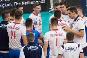 Tréner Andrej Kravárik (vpravo) a slovenskí volejbalisti po prehre 0:3 s Belgickom v zápase B-skupiny na ME vo volejbale mužov Slovensko - Belgicko.