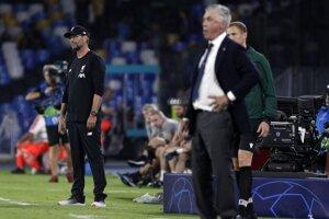 Jürgen Klopp (vľavo) a Carlo Ancelotti počas zápasu Ligy majstrov medzi Neapolom a Liverpoolom.