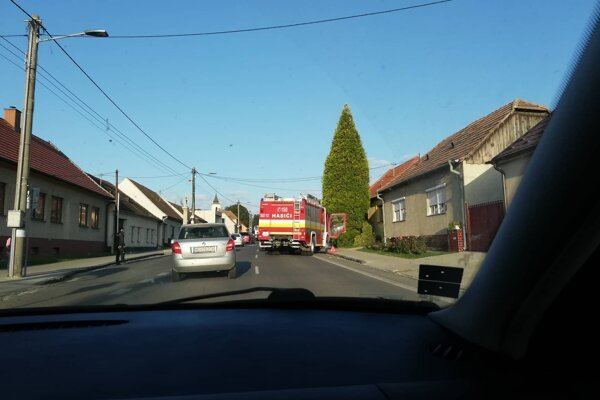 Nehoda blokuje jeden jazdný pruh.