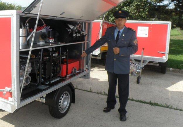 Šéf prievidzských hasičov Stanislav Kmeť ukazuje techiku, ktorú dostane jedenásť dobrovoľných hasičských zborov v okrese.