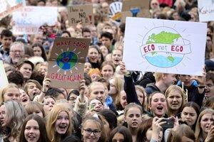 Študenti protestujú pred Brandenburskou bránou.