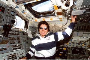 Mary Weberová na letovej palube raketoplánu.