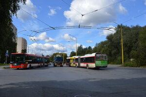 Na úzkej ulici Sibírska vzniká množstvo kolíznych situácií.
