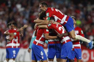 Futbalisti Granady oslavujú víťazstvo nad FC Barcelona.