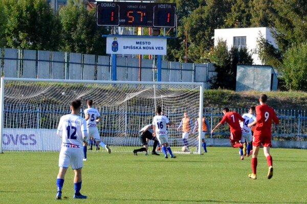 Stropkovčan Kristián Pál (vpravo s č. 7) práve strieľa rozhodujúci gól súboja na Spiši.