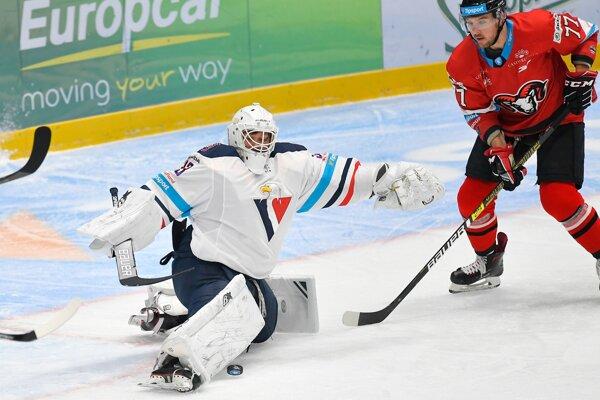 Barry Brust (vľavo) a Mitch Wahl v zápase 5. kola hokejovej Tipsport ligy 2019/2020 HC Slovan Bratislava - HC'05 iClinic Banská Bystrica.
