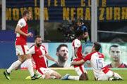 Hráč Slavie Peter Olayinka (druhý sprava) oslavuje so spoluhráčmi úvodný gól do bránky Interu Miláno v zápase F-skupiny Inter Miláno - SK Slavia Praha.