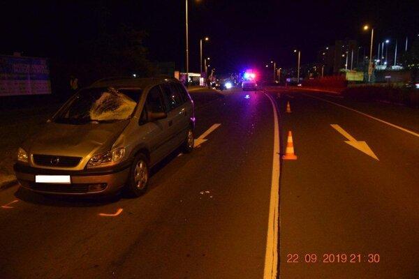 Chodkyňu zachytilo auto, keď prechádzala na druhú stranu cesty mimo priechodu pre chodcov.