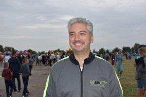 Župan Rastislav Trnka už druhý rok po sebe na košických leteckých dňoch skočil s padákom z lietadla, čo komentoval tak, že keď si vyvetrá hlavu, potom sa inak díva na svet.