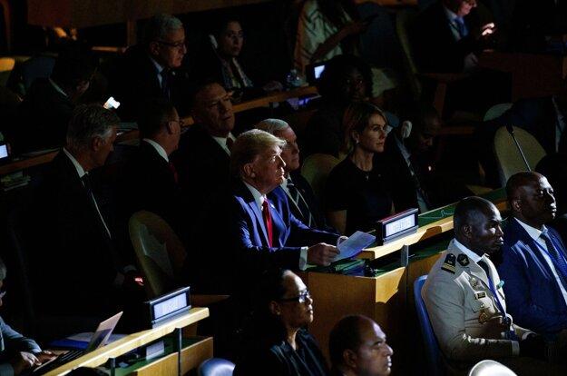 Trump sa nakoniec napriek svojim skorším vyhláseniam na summite ukázal na niekoľko minút.