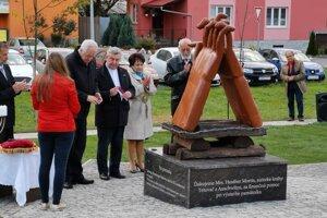 Na pamätník finančne prispela austrálska spisovateľka, autorka Tetovača z Auschwitzu.