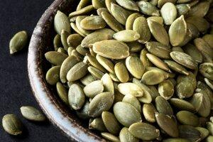 Bohaté na proteín a chudobné na sacharidy - tekvicové semienka môžete jesť ako snack a tiež nimi posypať šaláty či zeleninové misy.