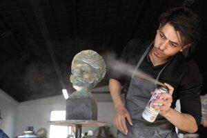 Nimer Qeeq, 23 ročný študent pracuje na soche v štúdiu Shababeek.