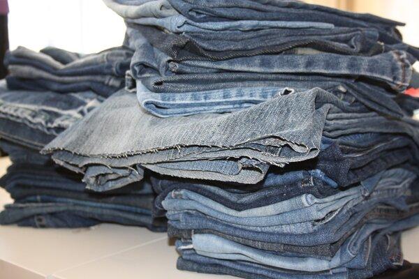 Zničené oblečenie nepatrí do kontajnerov na šatstvo. Kontajnery nie sú určené na triedenie textilu, ale na zber šatstva pre ľudí v núdzi.