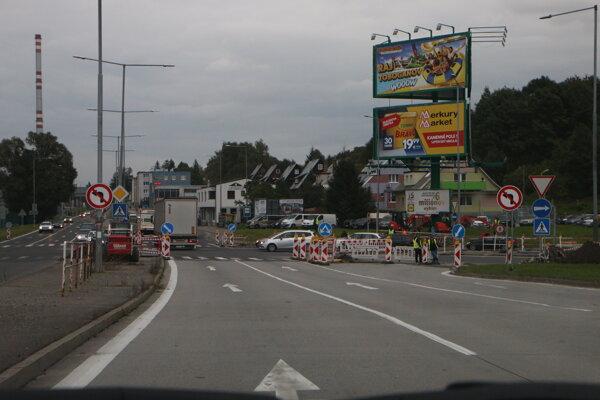 Na križovatke chýbajú semafory.