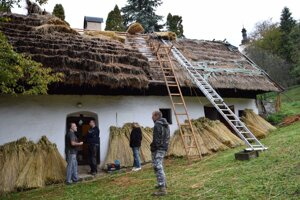 V obci Bartošova Lehôtka dobrovoľníci ukázali obnovu tradičnej slamenej strechy.