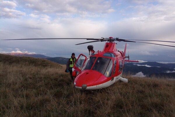 Dvom turistom, ktorí pociťovali rovnaké príznaky, prileteli na pomoc vrtuľníkoví záchranári z Banskej Bystrice.