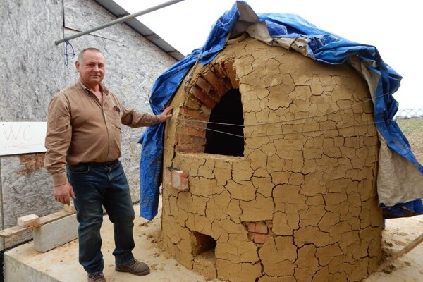 Na snímke Vladimír Kostovčík pri pôvodnom hrnčiarskom kochu na svojom ranči v obci Pozdišovce.