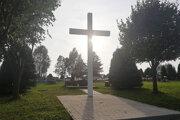 Vynovený ústredný kríž na cintoríne.