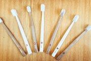Firma Curaprox už vyrobila prvú sériu zubných kefiek z bioplastu.