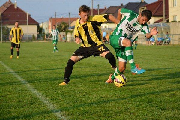 Tr. Stankovce (v žlto-čiernom) nevstúpili do sezóny dobre, keď doma podľahli Malženiciam.