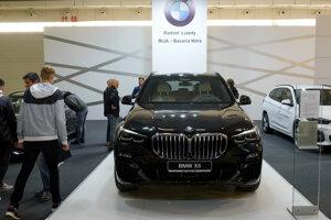 Vystavený model automobilu BMW X5.