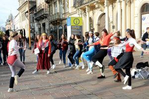 Kreatívni študenti zo španielskeho gymnázia sa na Hlavnej ulici poriadne vybláznili.