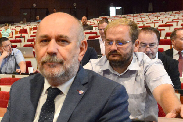 Daniel Rusnák (vpredu) navrhol do dozornej rady DPMK kolegu z klubu i KDH Vladimíra Saxu (za ním).