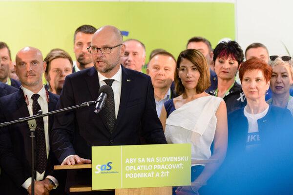 Predseda strany SaS Richard Sulík (v popredí) počas tlačovej konferencie po skončení kongresu.