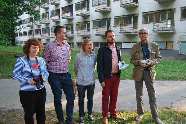 S krstným otcom Petrom Hledíkom Zľava: A. Kalinová, P. Kuzmin, M. Scheryová, M. Zaiček.